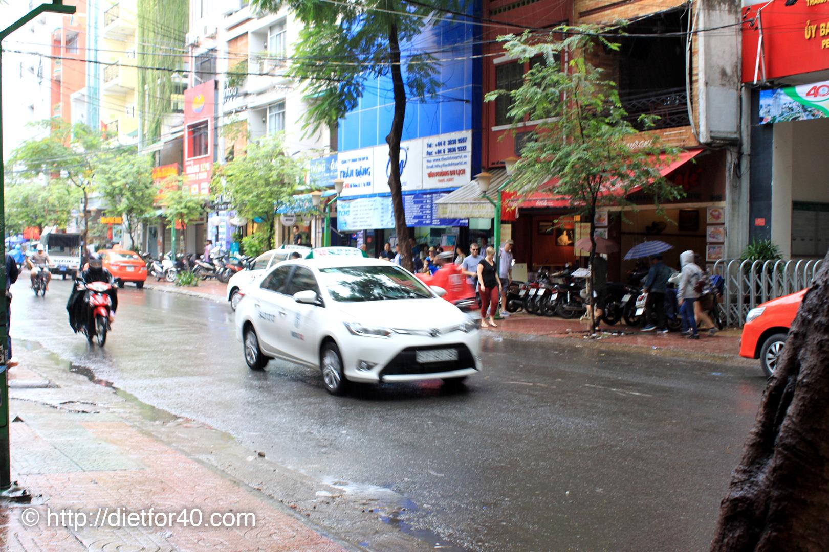 雨が降り出したデタム通り