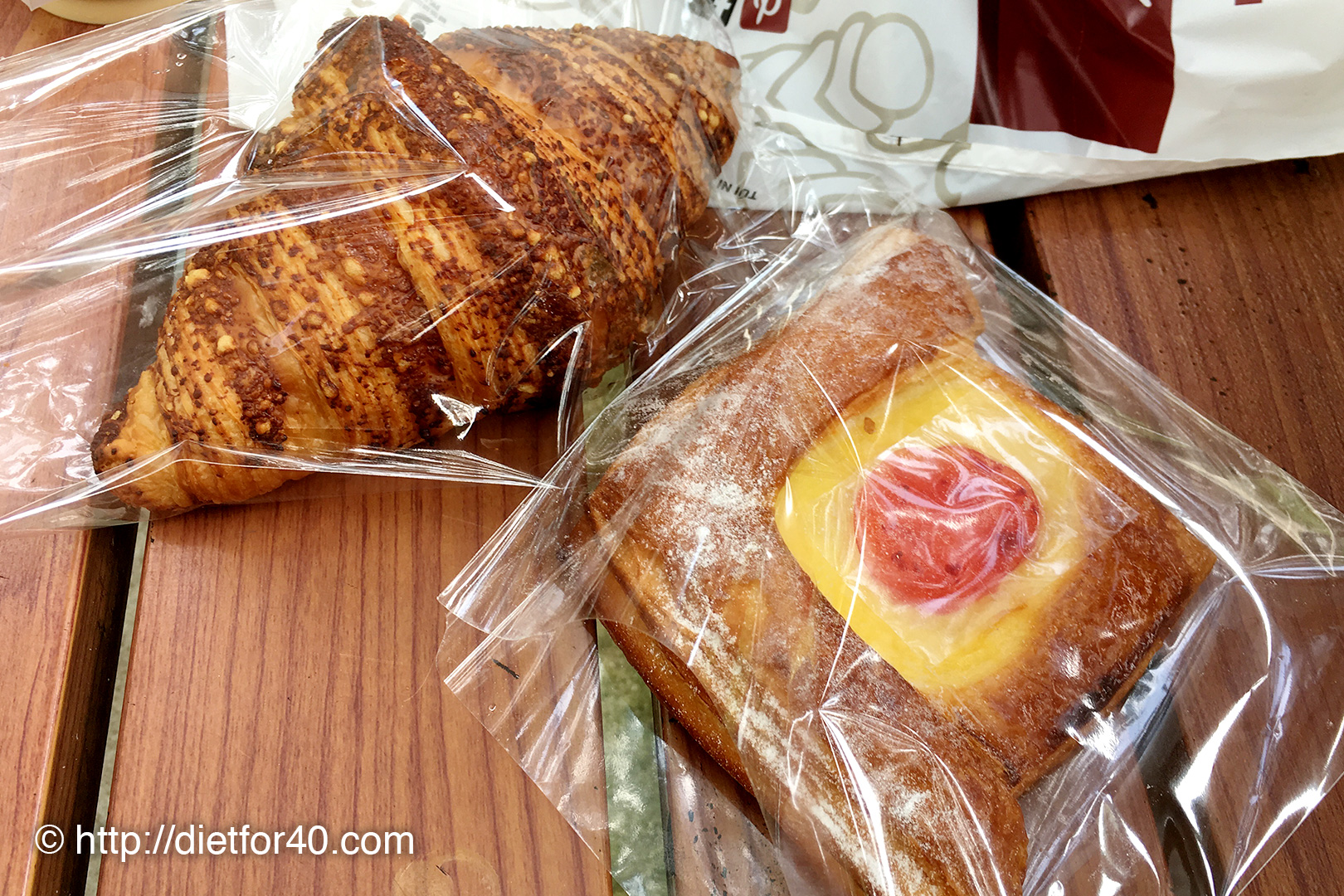 チーズクロワッサンといちごジャムのクリームデニッシュ